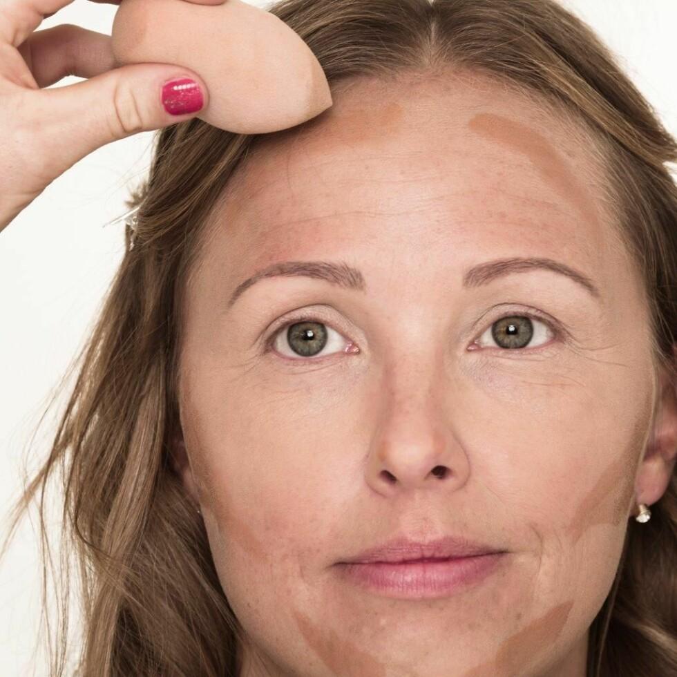2. Bruk en mørkere foundation til å forme ansiktet og få fram trekkene dine. Pass på å blende godt til slutt.