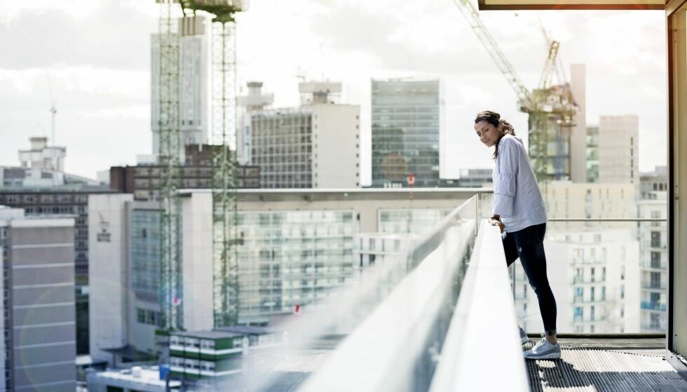Nadia kikker ut over byen fra leiligheten sin i Manchester. Her lever hun livet sitt som profesjonell fotballspiller. FOTO: Carsten Sidel