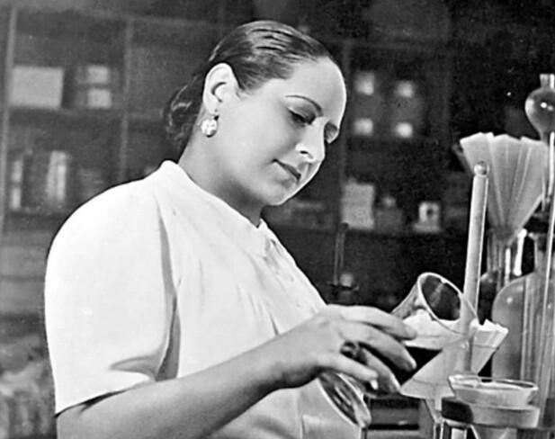 Madam Rubinstein så ingen grunn til å ikke pynte seg når hun jobbet på laboratoriet. FOTO: NTB Scanpix / Produsentene