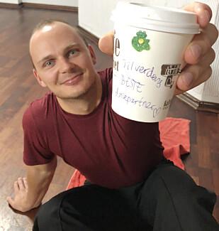 SØT BESKJED: Thea Næss påpeker at det er viktig å ha det gøy når man trener, og sørget for at dansepartner Ivo fikk sin daglige kaffe under dansetreningen. På kaffekoppen hadde hun skrevet: «til verdens beste dansepartner!». FOTO: Malini Bjørnstad // KK