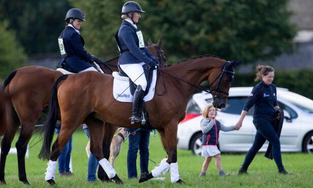 TILBAKE PÅ HESTERYGGEN: To måneder etter fødselen var Zara Tindall tilbake på hesteryggen. Datteren Mia Grace var til stede for å heie frem mamma Zara (nr. 2 f.v.). FOTO: NTB Scanpix