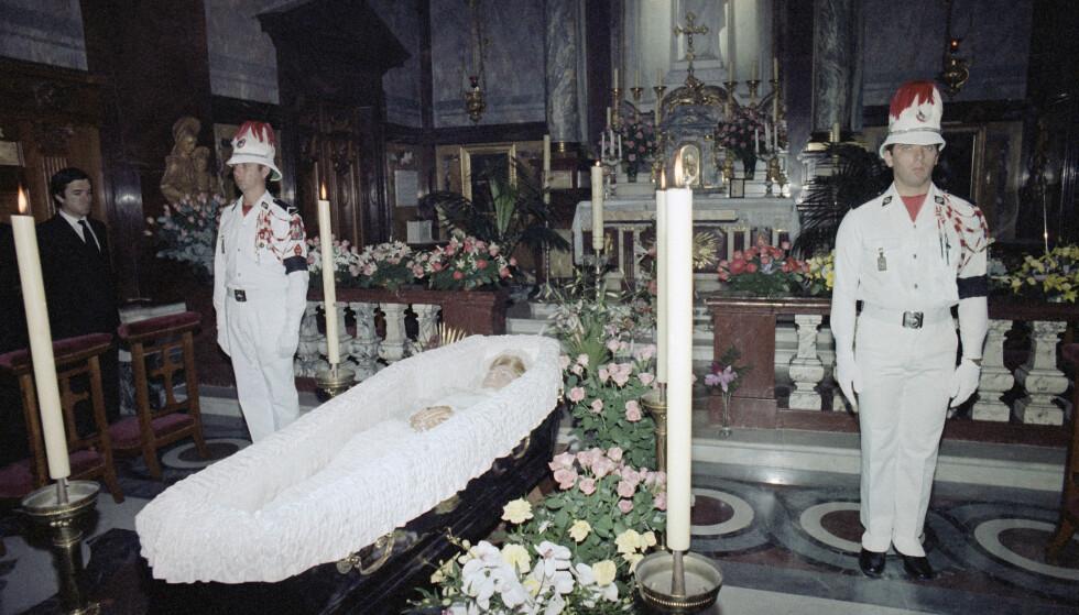 BEGRAVELSEN: Dette bildet er tatt dagen etter fyrstinnens dødsfall i Palatina-kapellet på fyrstepalasset i Monaco. Datoen er 15. september 1982. FOTO: NTB Scanpix