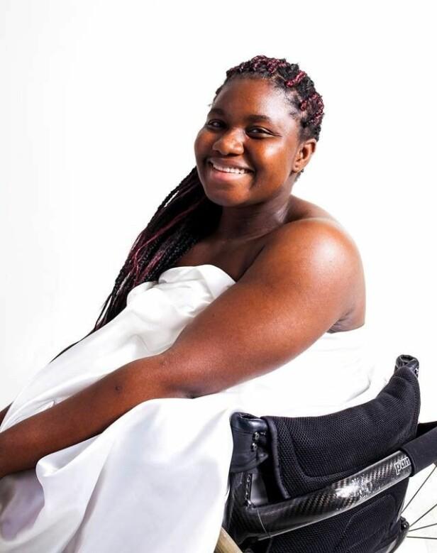 Å SE SKJØNNHETEN: Sally Kamara bruker mye av sin tid på å hjelpe andre ungdommer til å se skjønnheten i seg selv - gjennom både motivasjonsprosjektet «Hva har du under klærne?», veldedighetsorganisasjonen Project leone og aktivitetsdagen Ingen Hindring. Hun holder også en rekke foredrag. FOTO: