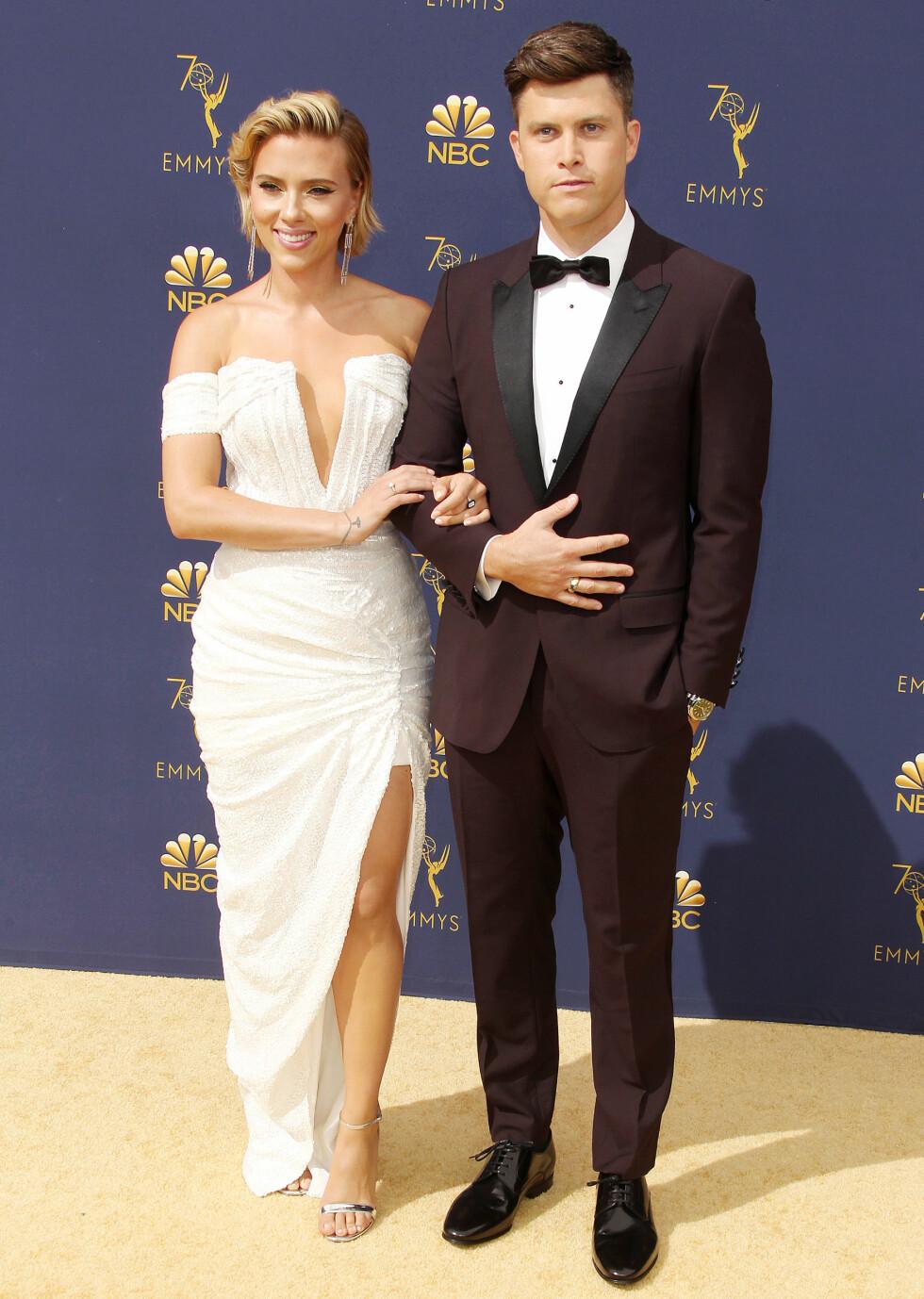 VISTE FREM KJÆRLIGHETEN: Emmy-vert Colin Jost med kjæresten Scarlett Johansson. De ble sammen i mai i fjor. FOTO: NTB Scanpix