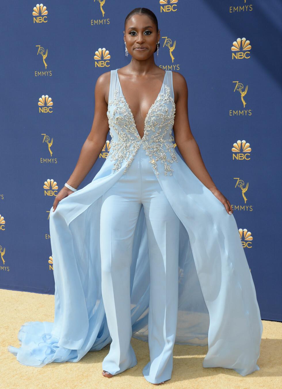 KUL DAME: Skuespiller Issa Rae, kjent fra HBO-serien Insecure, i en lyseblå kreasjon på rød løper (som her er gul). FOTO: NTB Scanpix