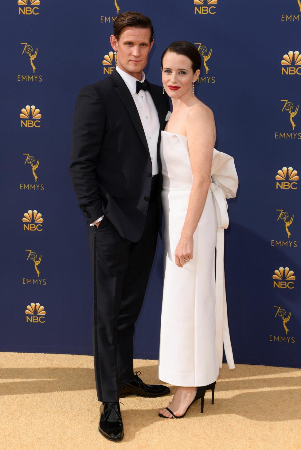 VANT PRIS: Claire Foy og Matt Smith på rød løper i forkant av utdelingen. Hun vant pris for beste kvinnelige hovedrolle for rollen i The Crown. FOTO: NTB Scanpix