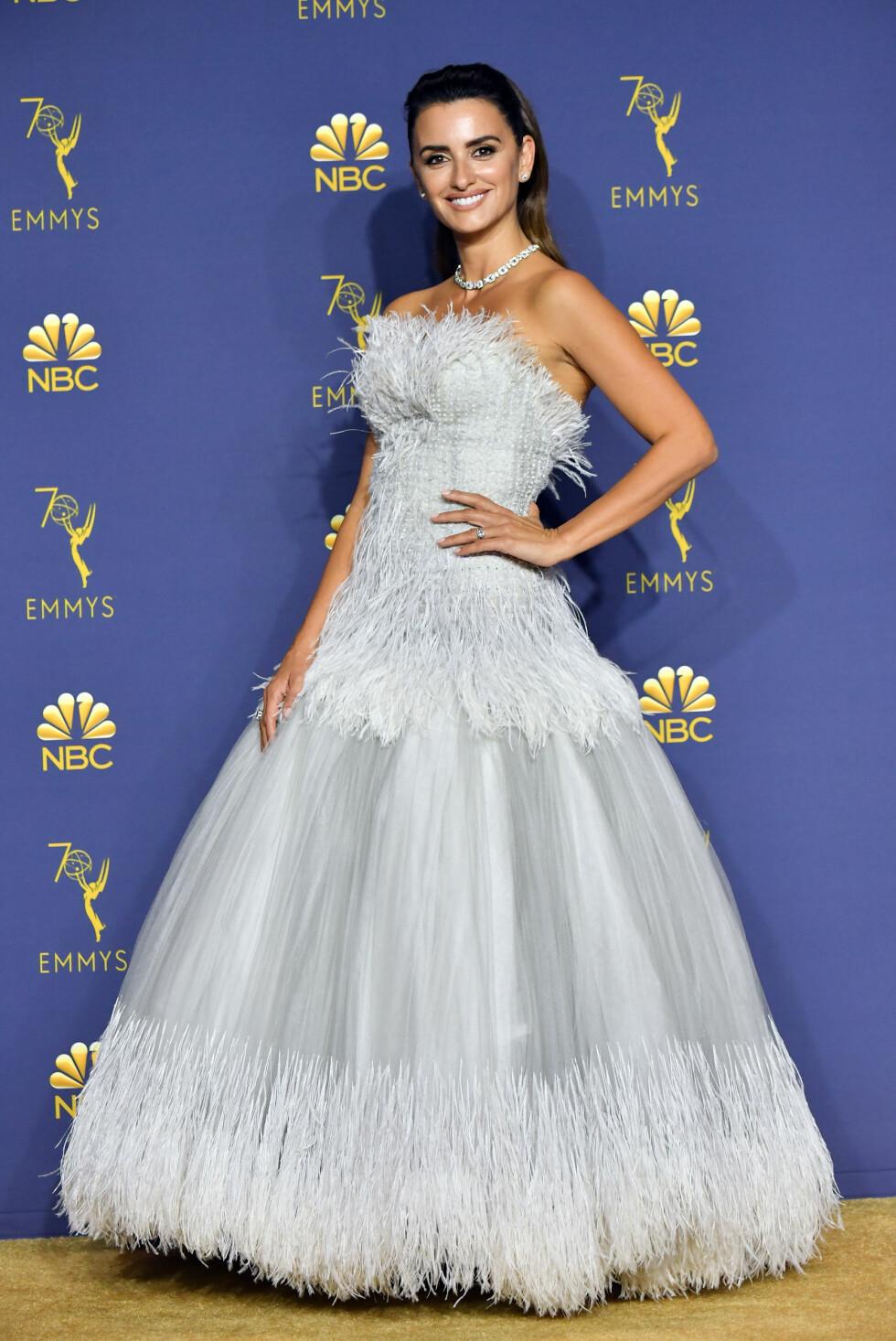 RØD LØPER: 44 år gamle Penelope Cruz stile i en lekker kjole fra Chanel - som visstnok skal ha tatt over 300 timer å brodere. FOTO: NTB Scanpix