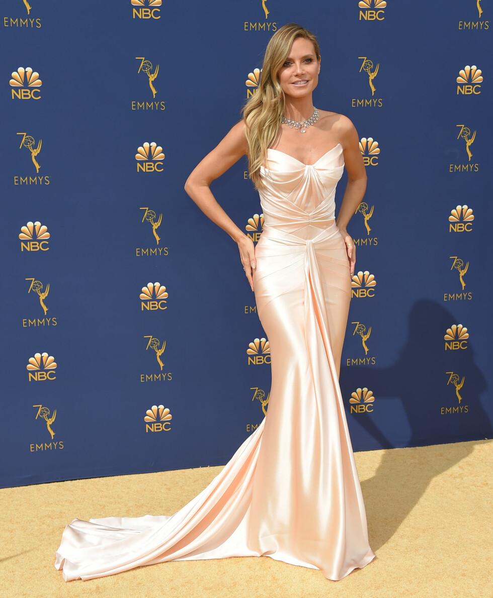 POSERTE: Supermodell Heidi Klum poserte for fotografene før Emmy-utdelingen. FOTO: NTB Scanpix