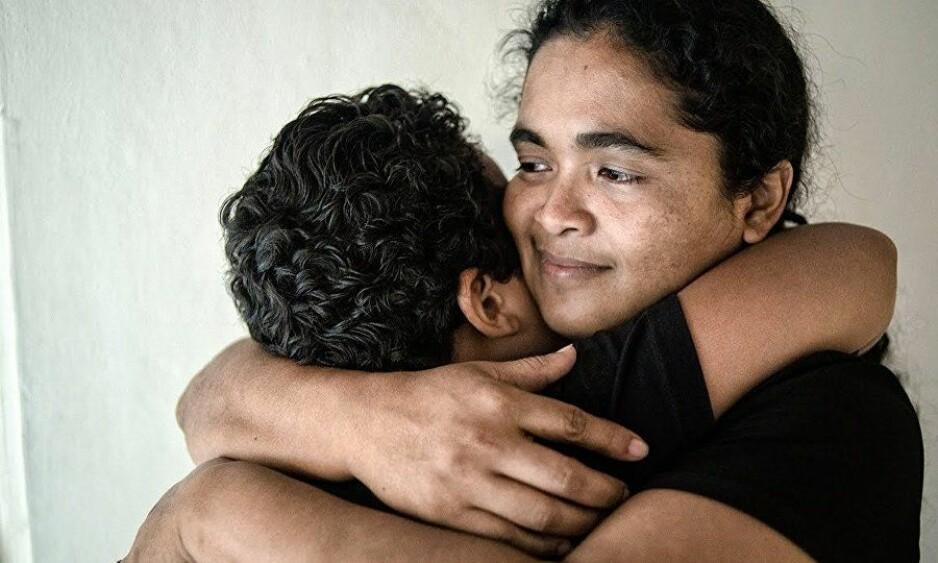 FRIFUNNET: I 2016 ble Maria Teresa Rivera frifunnet på grunn av manglende bevis. Her gjenforenes hun med sønnen Oscar, som var bare seks år gammel da hun ble ble dømt til 40 års fengsel for det hun mener var en spontanabort. FOTO: Center for Reproductive Rights