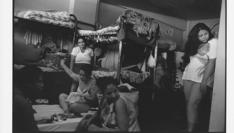 """LIVET I ILAPANGO: i 2015 besøkte fotograf Rune Eraker kvinnefengselet i El Salvador. Bildet er en del av utstillingen """"Fortell verden om oss"""" på Nobel Fredssenter. Maria sitter i bakgrunnen.FOTO: Rune Eraker"""