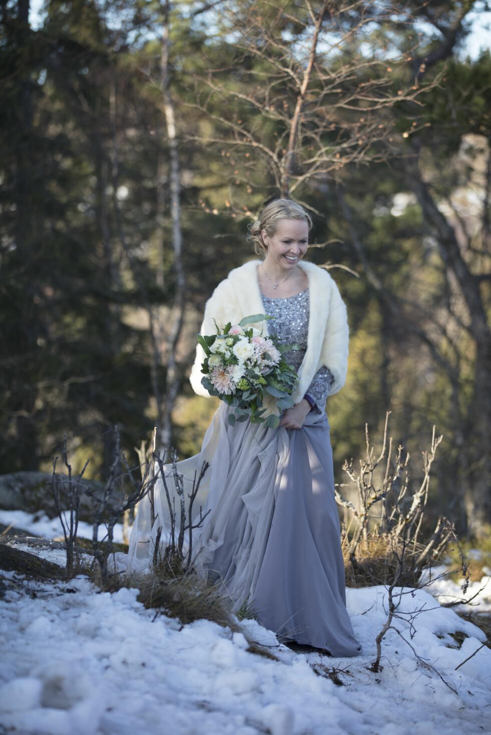 VAKKER: Bruden kom opp til toppen i turklær, og skiftet til kjole i det provisoriske teltet som brudgommen hadde fikset i forkant. FOTO: Even Hjartholm