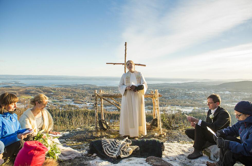 VAKKER VIELSE: Brudgommen hadde selv ordnet alteret i forkant av vielsen. FOTO: Mats Andreassen Grimsæth