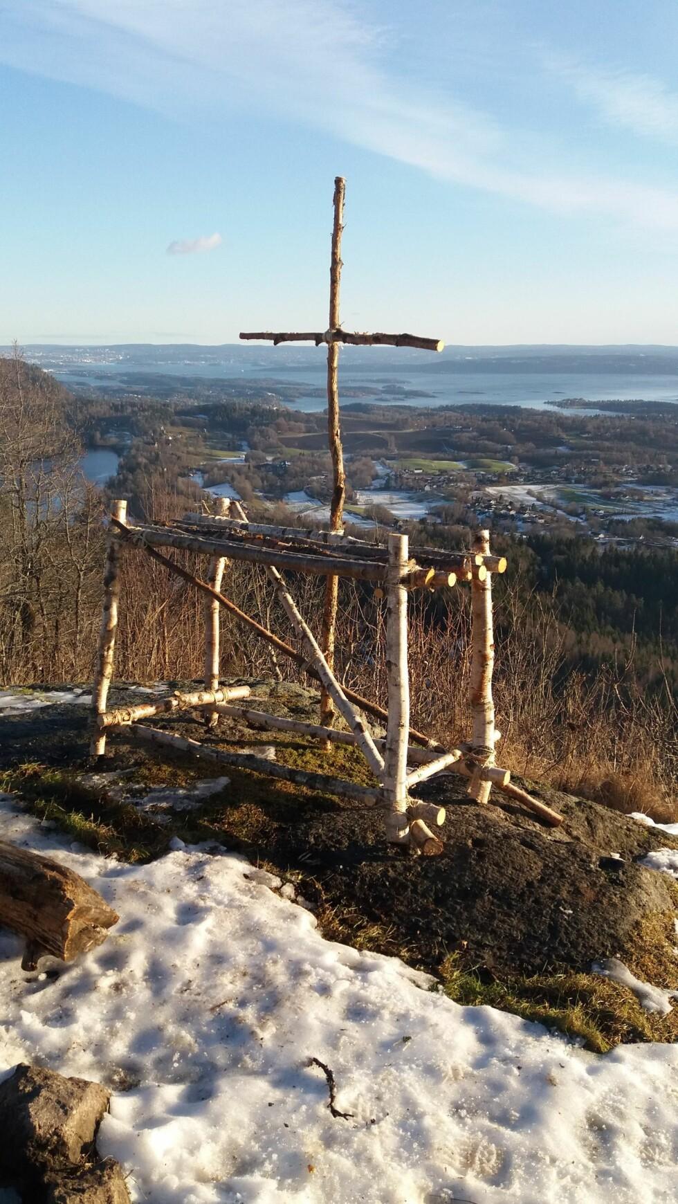 KORSET: Det går fint an å holde en kristen seremoni utendørs, forklarer prost Berit Øksnes til KK. FOTO: Alv Jon Hovda