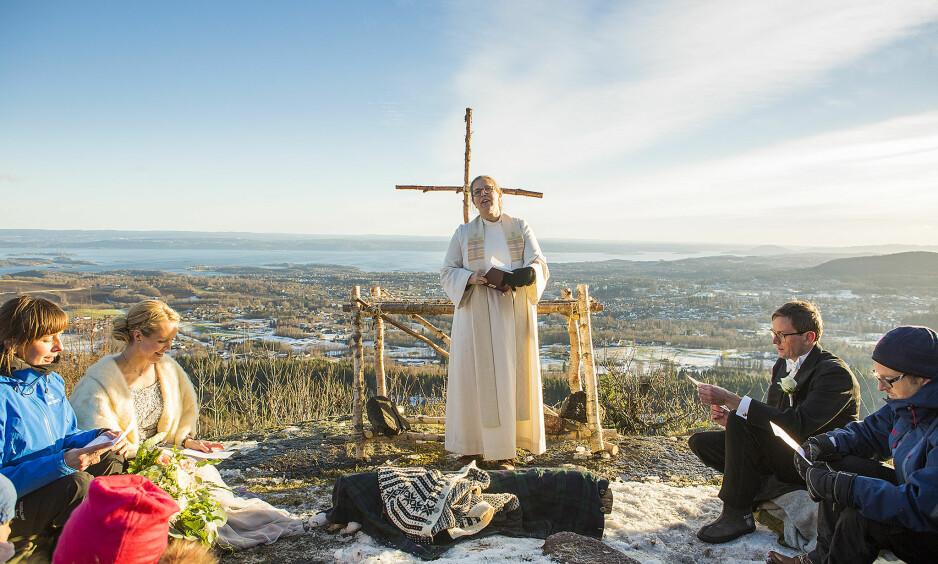 ROMANTIKK I DET FRI: I november 2016 giftet Grethe Befring Hovda (39) og Jan-Sigurd Sørensen (42) seg i vakre omgivelser ved Hagahogget i Asker. Prest Karoline Astrup gikk i truger opp til fjellkanusen og hadde boblejakke under prestekjolen - alt er mulig! FOTO: Mats Andreassen Grimsæth
