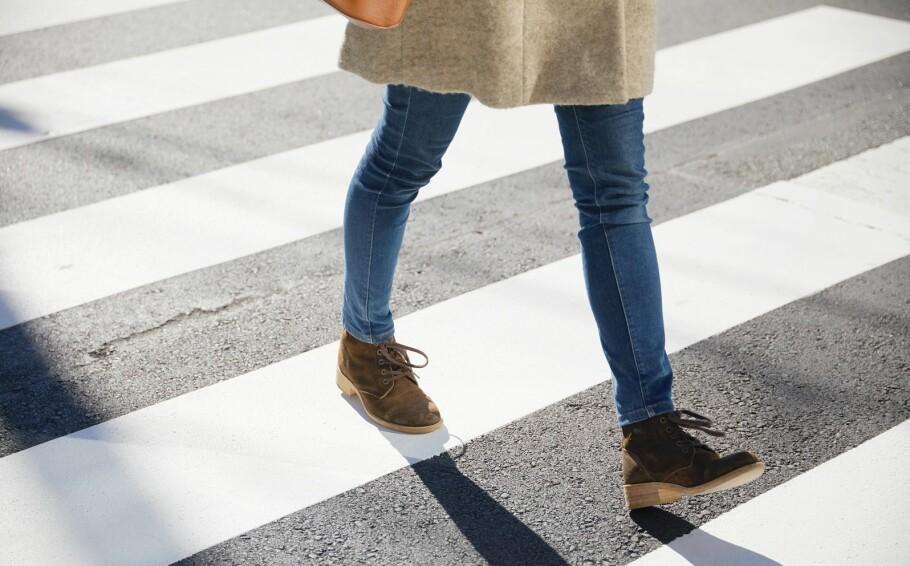 TVANGSTANKER: Dersom Malin skal krysse veien kan hun kun tråkke på de hvite stripene på gangfeltet og hun kan aldri tråkke på kumlokk eller gå under stiger. FOTO: NTB Scanpix
