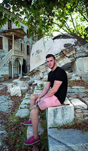 TILBAKE: Gatene i Kos var i juli 2018 fremdeles preget av bygninger med store skader. Her finner Martin et øyeblikks ro ved en ødelagt kirke, ved torget der han ble båret vekk etter jordskjelvet.