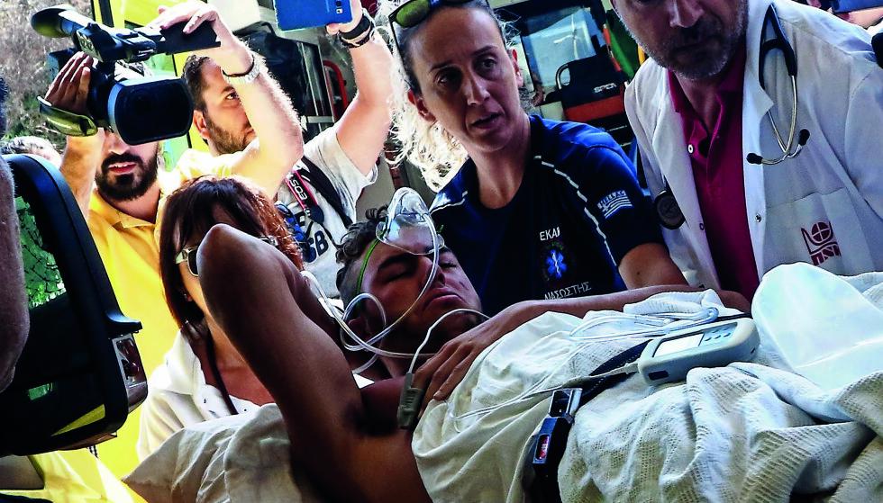DRAMAET: Tidlig om morgenen 21. juli 2017 ble Martin fraktet fra sykehuset på Kos og videre til Kreta. I 36 timer var livet i fare og han var uten bevissthet. Han husker ingenting av oppstyret rundt dette bildet. Foto: Costas Metaxakis / AFP / NTB scanpix