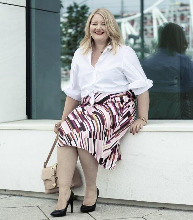 ELIN HAR PÅ SEG: Skjorte (kr 2000, By Malene Birger/Høyer Byporten), skjørt (kr 400) og armbånd (kr 100, begge fra Kappahl) og pumps (kr 900, Tamaris). FOTO: Astrid Waller