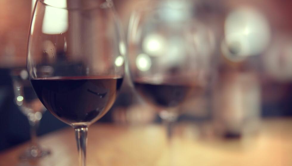 IKKE BARE FRUKT: Fruktfluene går ikke bare etter frukten. De liker alt som gjærer, og et glass med vin er topp for dem. FOTO: NTB Scanpix