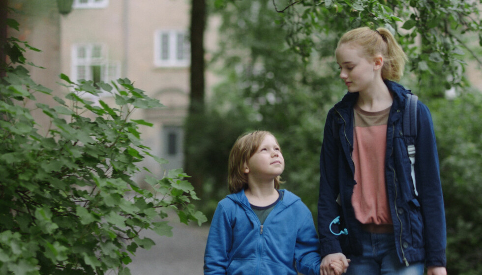 OMSORGSFULL: Ylva og Casper portretterer søskenparet Jill og Bo med stor troverdighet. De var 14 og åtte år da de spilte inn filmen. FOTO: Hummelfilm/Euforia