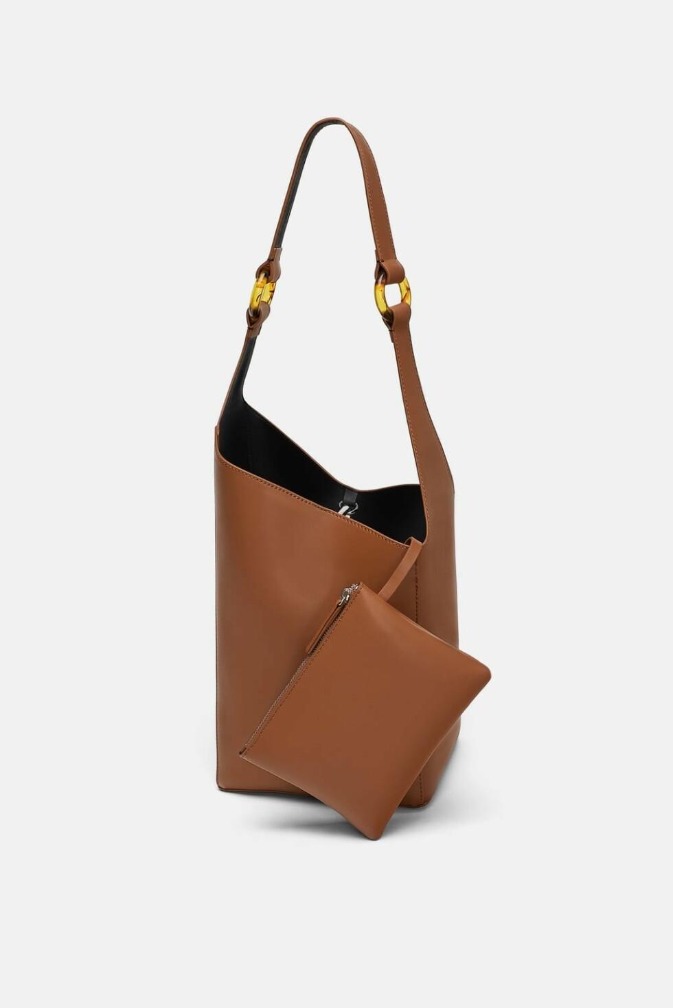 <strong>Veske fra Zara |499,-| https:</strong>//www.zara.com/no/no/poseveske-med-h%C3%A5ndtak-med-detalj-p15050304.html?v1=6963684&v2=1074708