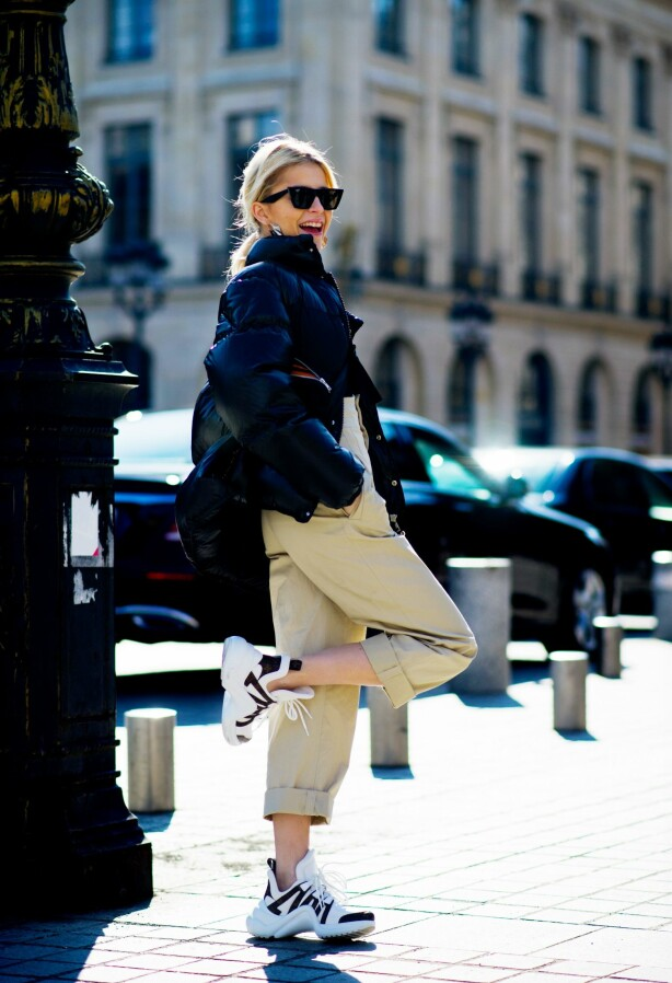 <strong>TRENDY:</strong> Selv om Rosie Huntington-Whiteley selv ikke vil gå for slike sneakers, synes hun mange jenter klarer å sette sammen kule antrekk med dem. Foto: Scanpix