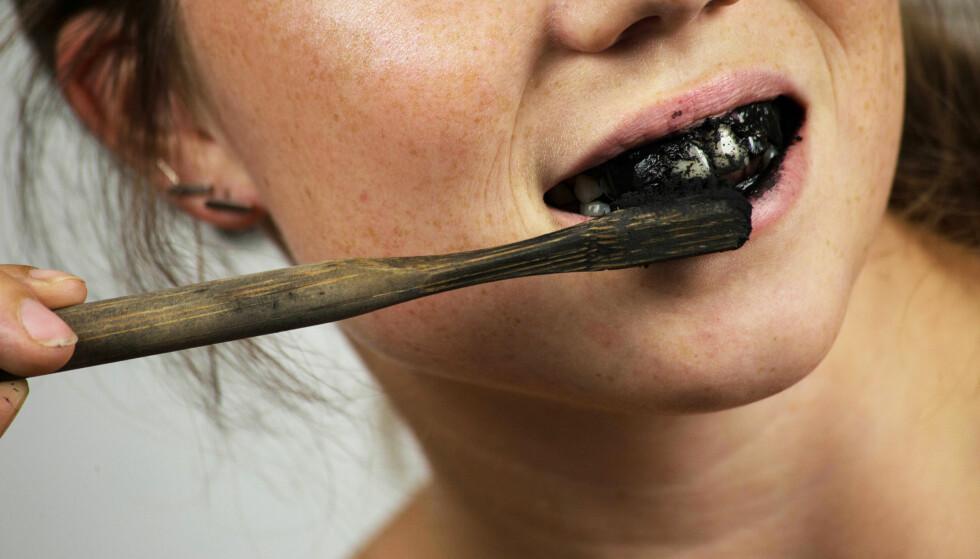 SVART TANNPUSS: Får du hvitere tenner av å pusse tennene med kull? FOTO: NTB Scanpix