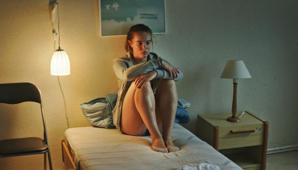 OMVELTNINGER: Amalie (spilt av Lisa Teige) får livet snudd på hodet når faren viser seg å ha gått konkurs. FOTO: Jørgen Johansson