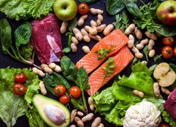 PÅ GRILLEN: Fordel grønnsaker i aluminiumsfolie og legg laksefiletene over. Foto: Scanpix