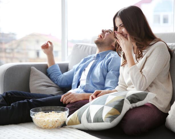 <strong>TV-SERIER:</strong> Det å se TV-serier sammen med kjæresten er bra for forholdet. Finn en god serie dere begge liker og se den kun sammen. Foto: Shutterstock