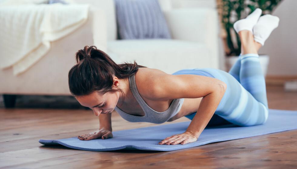 UNNGÅ Å STARTE PÅ KNÆRNE: - Mange velger å begynne å trene for å klare sin første armheving med strake ben, på knærne. I noen tilfeller kan dette være greit å gjøre, men min anbefaling er gjerne å starte å gjøre en push-up stående, sier eksperten. FOTO: NTB Scanpix