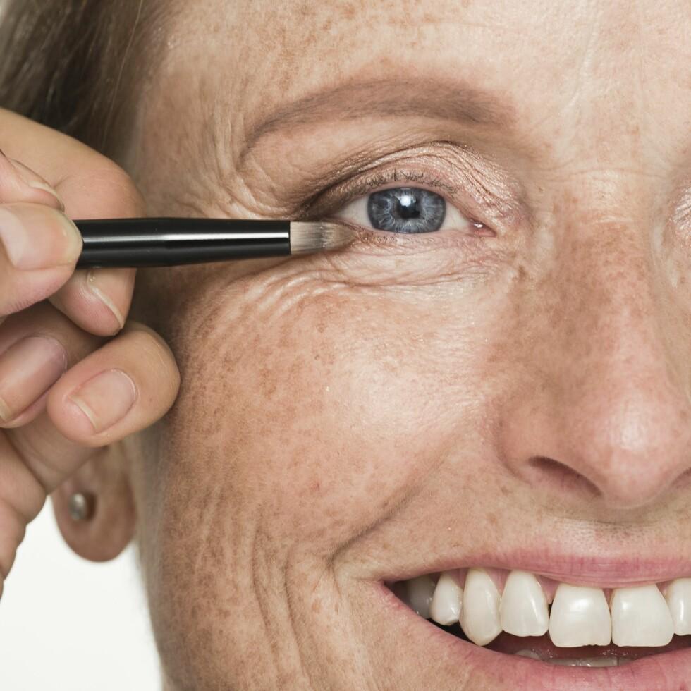 3. Mange bruker eyeliner for åramme inn øynene. Vi ville ha en litt mykere effekt, og gikk derfor for en matt, brun øyeskygge som vi påførte med en smal pensel langs nedre vippekant.