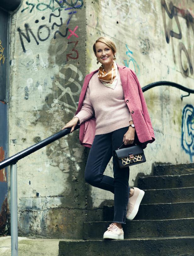 BENTE HAR PÅ SEG: Blazer (kr 2000) og jeans (kr 1000, begge fra Part Two), strikket genser (kr 1600, Ilse Jacobsen), silkeskjerf (kr 1400, Gant), veske (kr 250, Accessorize), klokke (kr 2500, Calvin Klein) og øredobber (kr 350, Edblad). FOTO: Astrid Waller