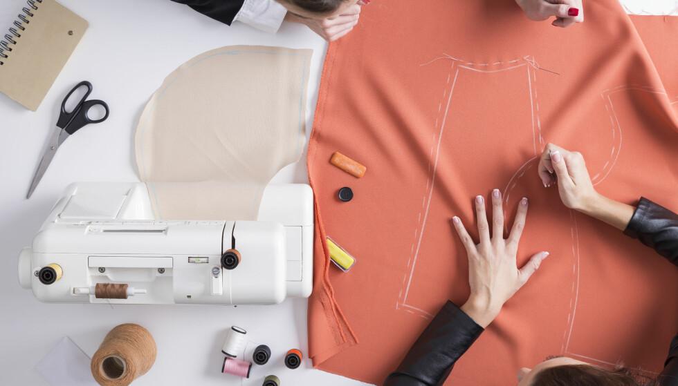 HULL I BUKSA? Nå kan du levere inn klærne dine til H&M og få de fiksa. Foto: Scanpix