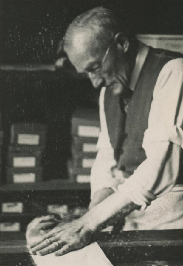 1938: Hanskemaker Alf Hallén skjærer til skinnet før hanskene kan sys. Foto: Hanske-Hallén