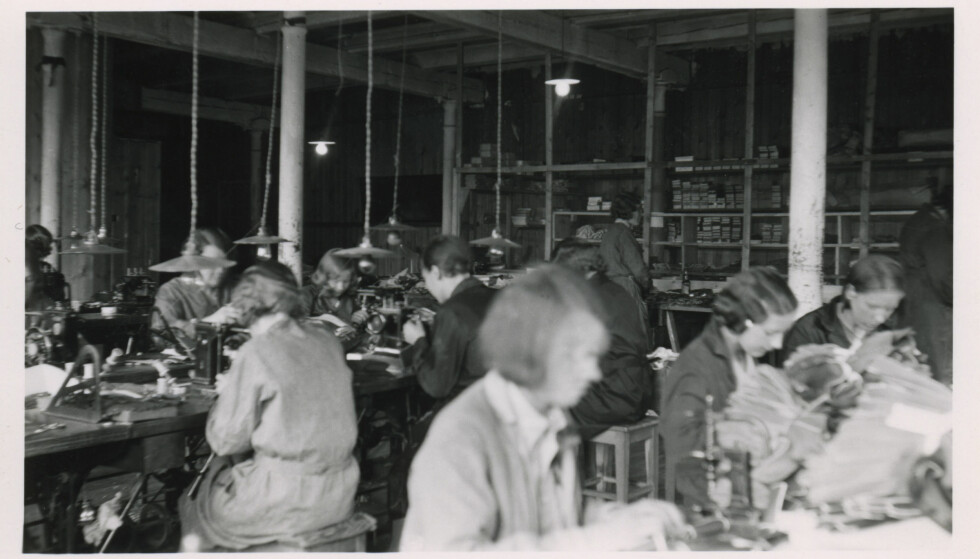 1930: Hanskene til Hanske-Hallén blir sydd i fabrikken. Foto: Hanske-Hallén