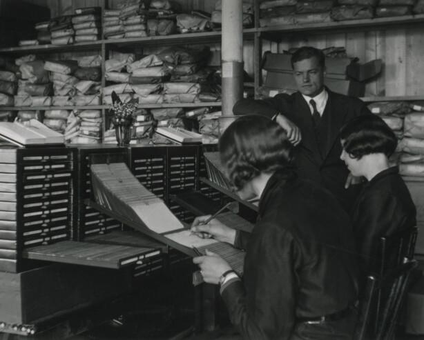 HANSKEFABRIKKEN: Her ser du Odd Hallén (i bakgrunnen), Terese Hallén-Hasaas' farfar, står i lager- og administrasjonsdelen av fabrikken. Foto: Hanske-Hallén