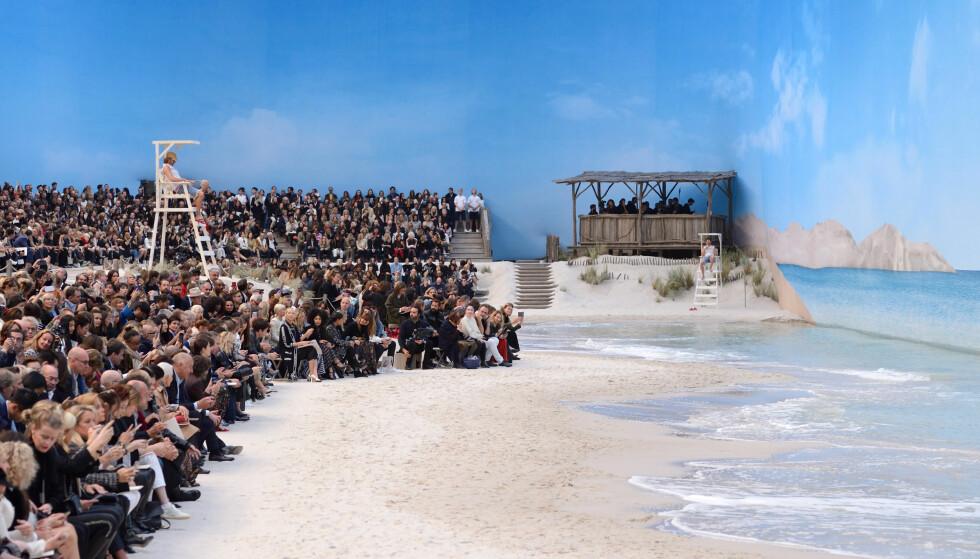GJENSKAPTE STRAND: Karl Lagerfeld pleide å feriere på øya Sylt som barn. Stranden der gjenskapte han i Paris til visningen sin. Foto: Scanpix