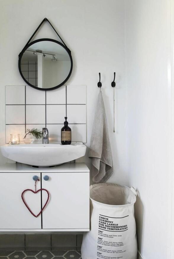 Også det lille badet har fått litt forsiktig julepynt med levende lys, julegrønt og hjertepynt.