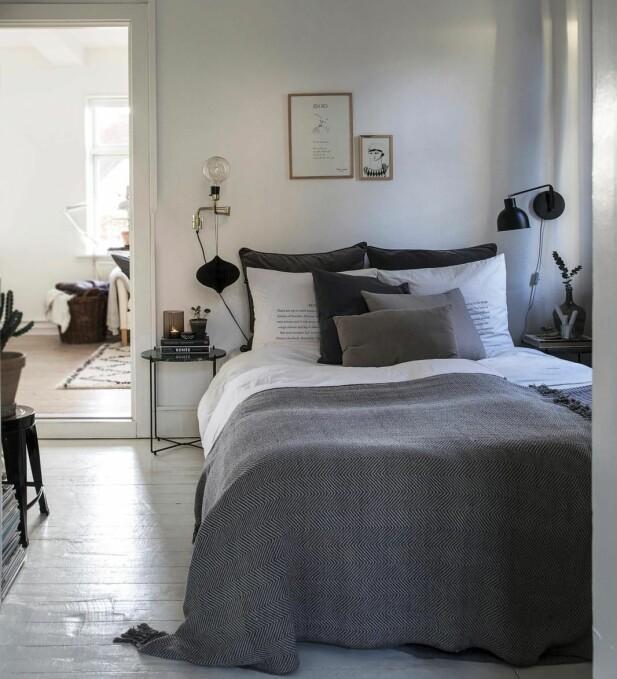 Når plassen er liten gjelder det å spre pynten i alle rom! Sengeteppet, nattbordet og vegglampen er fra Søstrene Grene. Sengetøyet er fra Ikea og By Nord.
