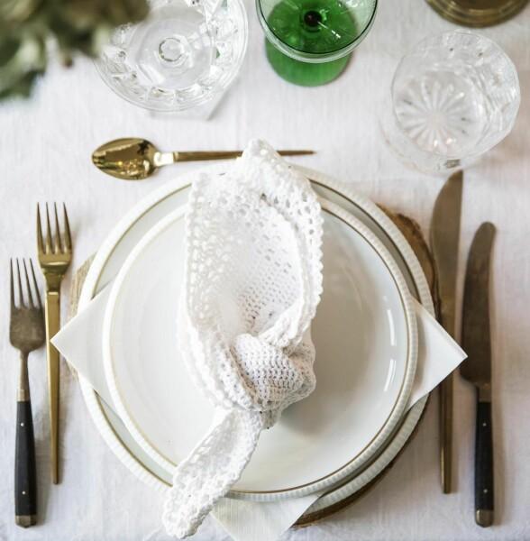Bordet er dekket med hjemmesydd duk og heklede servietter. Serviset er arvegods fra Emilies besteforeldre. Bestikket er fra Søstrene Grene. Glass fra Lyngby Porselen og loppis.