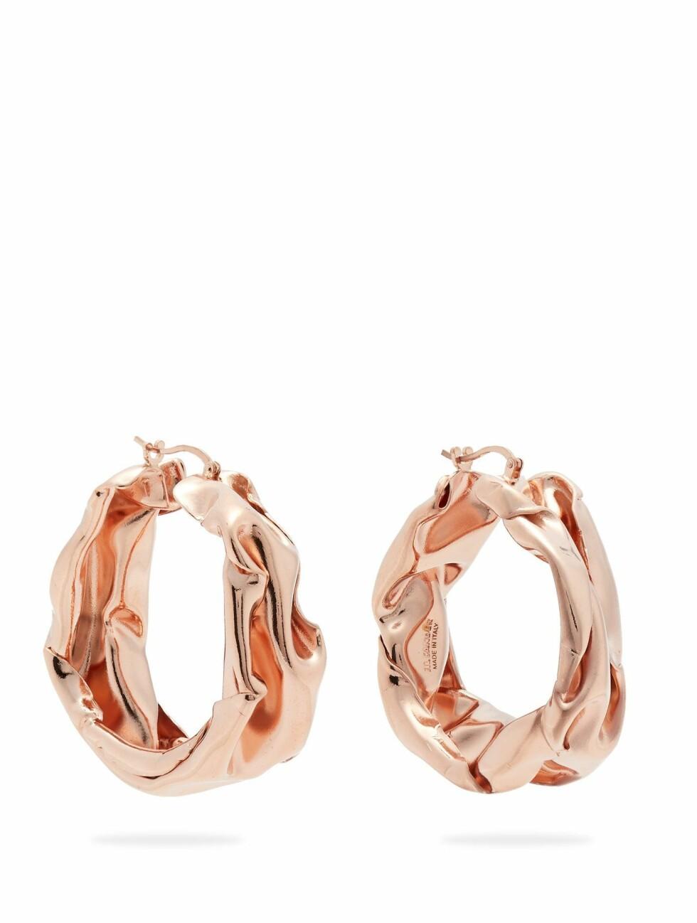 Øredobber fra Jil Sander |1600,-| https://www.matchesfashion.com/intl/products/Jil-Sander-Hammered-rose-gold-tone-hoop-earrings-1232879