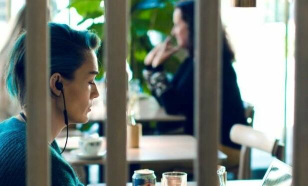 SOSIAL: Frøydis liker å sitte slik å jobbe: uforstyrret, skjermet i en boble, med mennesker rundt seg. - Jeg kan glemme å smile. Det betyr ikke at jeg ikke synes det er hyggelig å se folk. FOTO: Astrid Waller