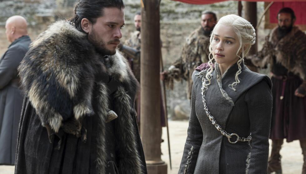 POPULÆR SERIE: I 2019 kommer åttende og siste sesong av «Game of Thrones». Her er Daenerys Targaryen (spilt av Emilia Clarke) i samtale med Jon Snow (spilt av Kit Harington). Bildet er fra sesong 3. FOTO: HBO