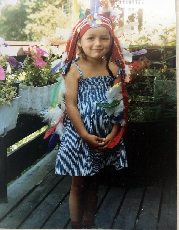 SJENERT: Frøydis elsket å kle seg ut. Her er hun fire år. Som barn følte hun seg hemmende sjenert. - Da var det kanskje lettere å spille en konkret rolle enn å være seg selv? tenker hun i ettertid. FOTO: Privat.