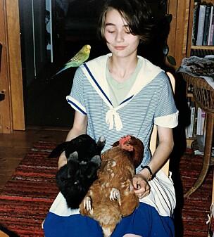 TRØST: I tenårene ble problemene tydligere. Hun var over gjennomsnittet opptatt av dyr og hadde både kanin, høner og undulat, som hun fant mye trøst i. Her er Frøydis 13 år. FOTO: Privat