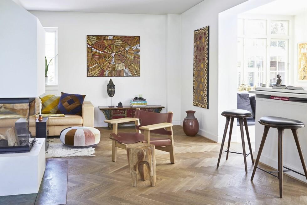 Sofaen er fra Erik Jørgensen, puter og puff er fra Christina Lundsteen, og teppet har Trine hentet med hjem fra Marokko. Den Spanske Stol i røkt eik og lær er designet av Børge Mogensen. Maleriene er australsk aboriginsk kunst, den kinesiske konsollen er et gammelt funn, og masken på pinne er kjøpt i Berlin.