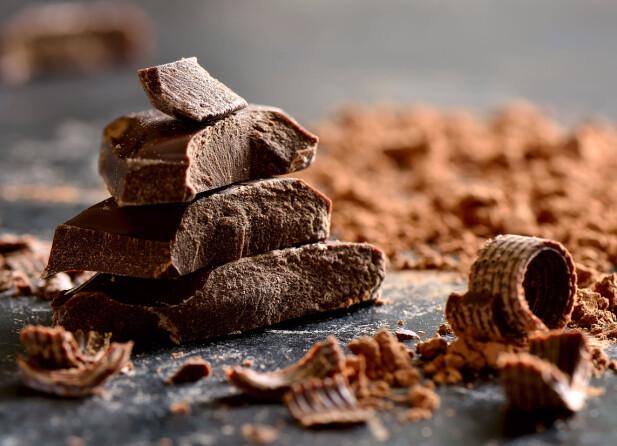 MØRK SJOKOLADE: Eksperten mener at vi ikke kan bytte ut vanlige kilder til D.vitamin, som for eksempel fisk, med sjokolade. FOTO: NTB Scanpix