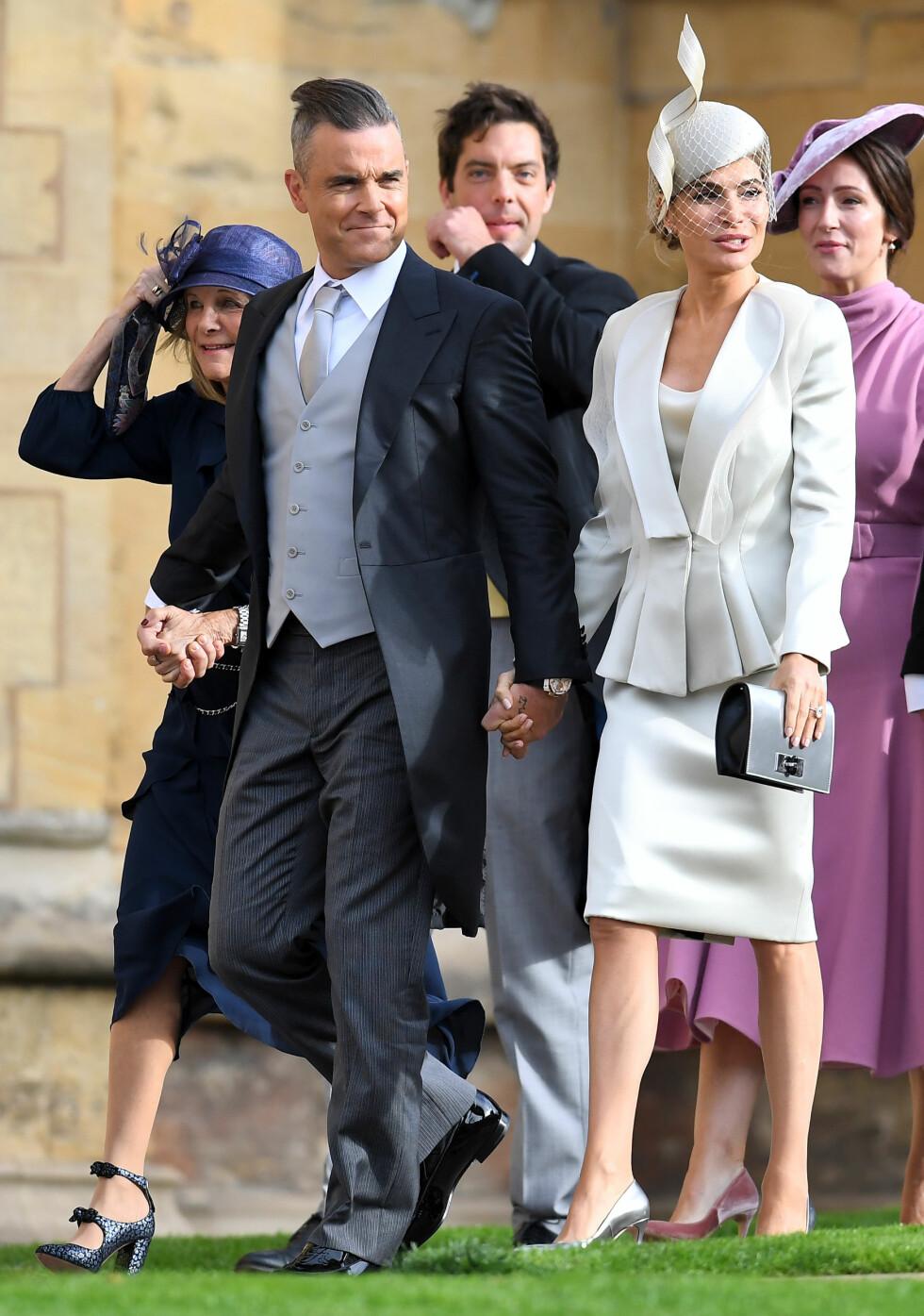 KONGELIG BRYLLUP: Ekteparet Robbie og Ayda Williams på vei inn til bryllupsseremonien. FOTO: NTB Scanpix