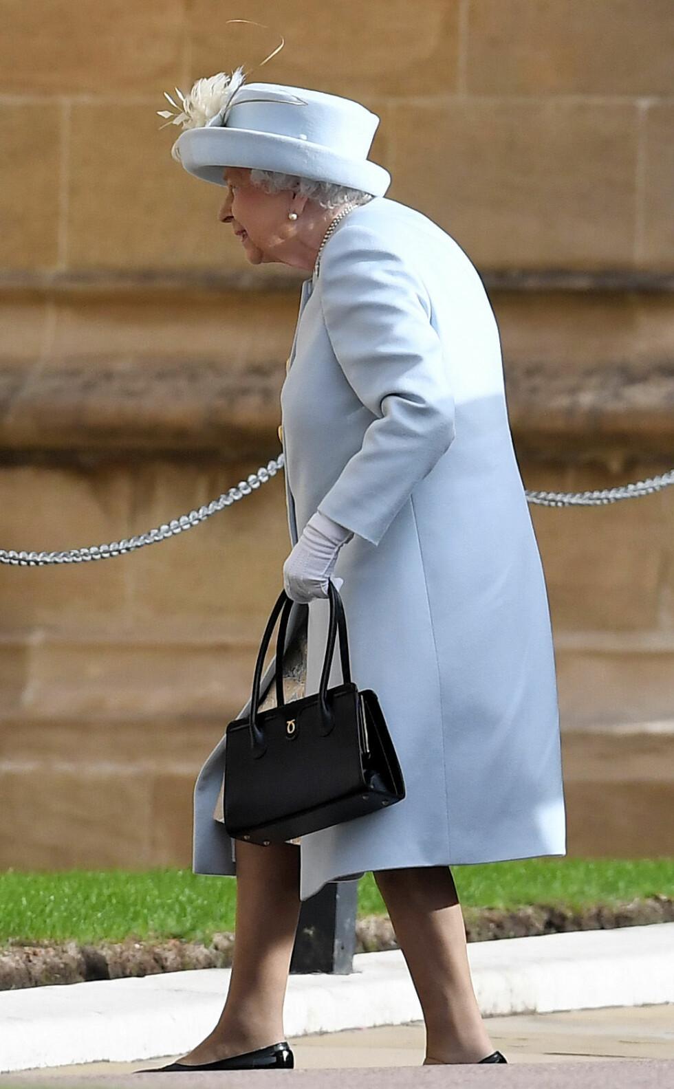 KONGELIG BRYLLUP: Dronning Elizabeth på vei inn for å se et av barnebarna bli gift. FOTO: NTB Scanpix